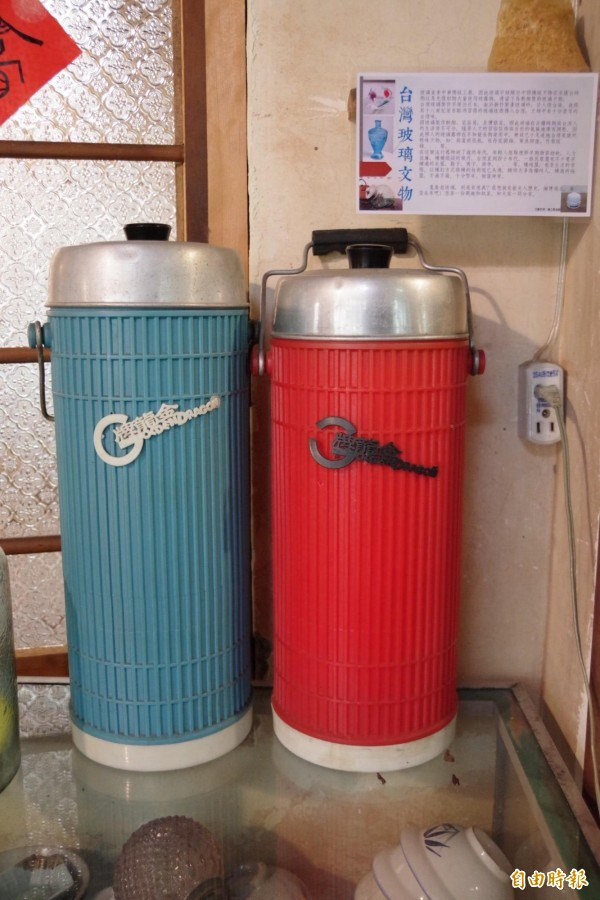 店內擺設早年枝仔冰的保冰桶。(記者曾迺強攝)