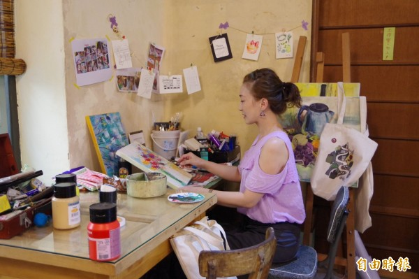 徐圓榕在店內一隅設置工作桌,並不定期推出美術課程,讓更多鄉親認識梅山在地的生活美學。(記者曾迺強攝)