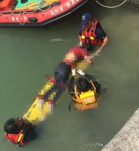 救援人員在嘉義縣布袋鎮好美里將女子遺體撈上岸。(記者林宜樟翻攝)