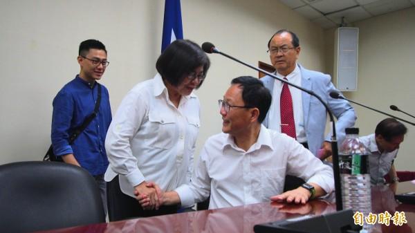 國民黨台北市長參選人到守中(右)原本規劃由台北市黨部主委黃呂錦茹(左)擔任競選執行總幹事。(記者簡惠茹攝)