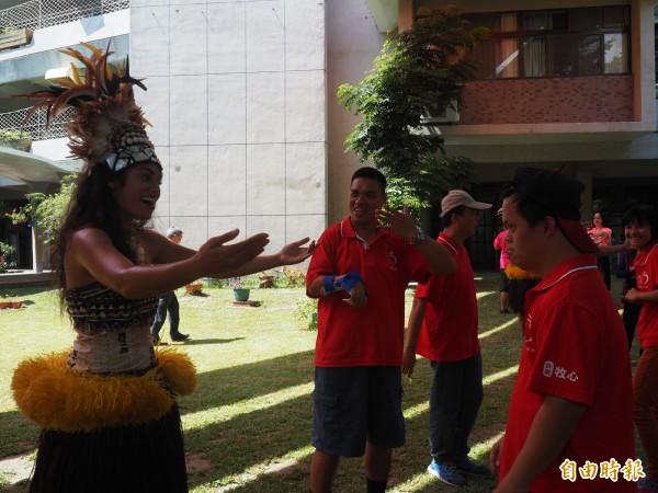 看了精采的異國表演,牧心智能發展中心學員們也跟著女舞者學舞。(記者王秀亭攝)