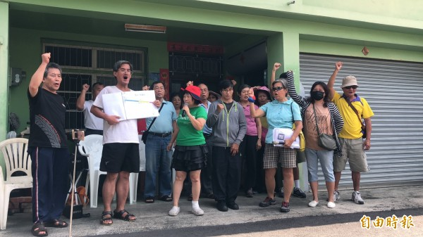 屏東縣議員蔣月惠(戴紅帽者)帶領公勇路、光復路等反拆遷戶抗議。(記者羅欣貞攝)
