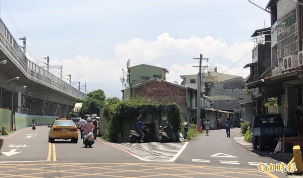 屏東市公勇路拆遷案持續僵持。(記者羅欣貞攝)