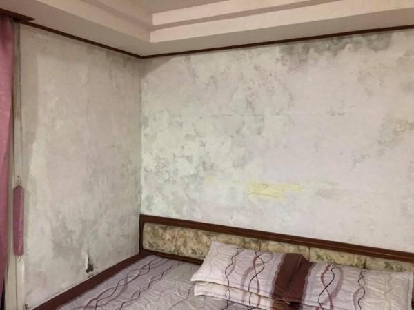 網友爆料,入住阿里山遊樂區內的力行山莊,房間漏水、發霉。(翻攝自爆料公社)