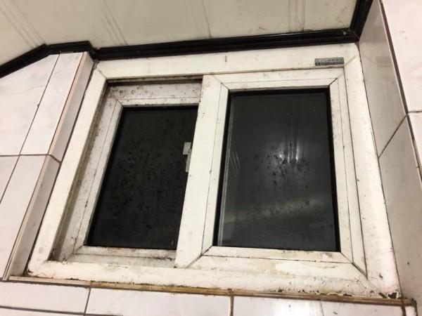 網友發布照片,指山莊浴室窗框發霉。(翻攝自爆料公社)