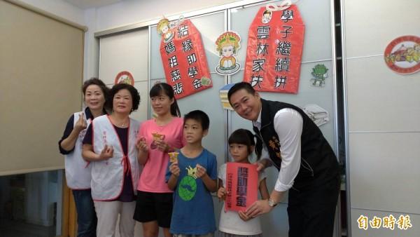 雲林至善文化協會榮譽會長黃凱(右)捐贈助學金及平安香包,鼓勵孩子認真向學。(記者廖淑玲攝)