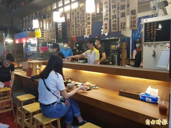 基隆仁愛市場「鈺 刺身丼」日本料理店,隱身在基隆仁愛市場B棟二樓角落,老闆斥資百萬裝潢,讓客人在市場內吃日本料理,除了美食可口,也能有高檔日式料理店的用餐氣氛。(記者俞肇福攝)