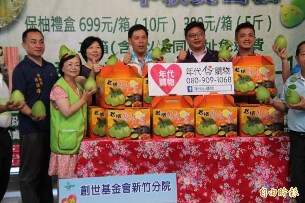 新竹縣寶山鄉農會跟創世基金會新竹分院合作的「有吃有保柚」活動即日起起跑,今年目標希望能賣出2800箱寶山柚子。(記者黃美珠攝)