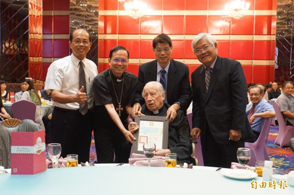 「荷蘭來的台灣人」!若瑟醫院創院神父畢耀遠96歲生日,縣長李進勇贈榮譽縣民證。(記者詹士弘攝)