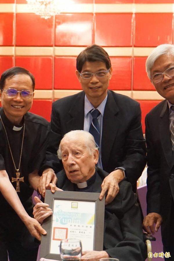 若瑟醫院創院神父畢耀遠96歲生日,縣長李進勇贈榮譽縣民證。(記者詹士弘攝)