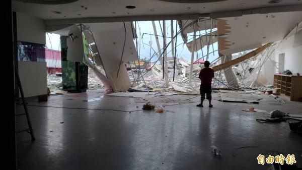 金樽會館礁溪店,後方違建業者今天僱工拆除,僅留下前方合法農舍建物。(記者張議晨攝)
