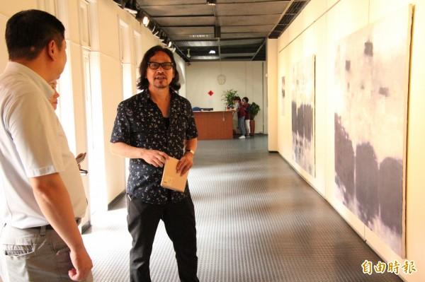 日籍畫家亀田洋二(右)首度來台展出他的現代畫創作,引起不少同好的興趣,紛紛想了解他的創作理念。(記者黃美珠攝)