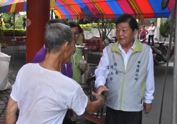 田中鎮長謝文賢(右)因家庭因素,仍在考慮是否參選連任。(翻攝臉書田中鎮長謝文賢)