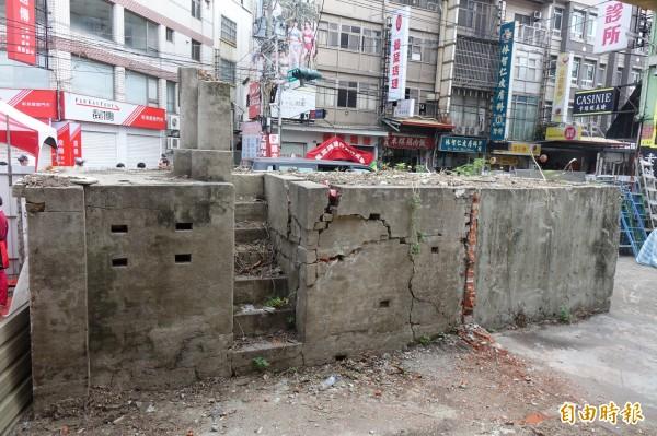和美街長宿舍主體建築前有防空洞,留有呼吸通風的小孔。(記者劉曉欣攝)