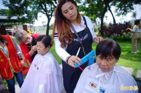 連鎖髮廊設計師為長者在五星級酒店義剪。(記者陳彥廷攝)