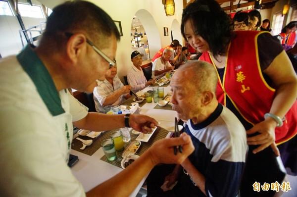 東港鎮代方文正(左)也到場親餵長者吃大餐。(記者陳彥廷攝)