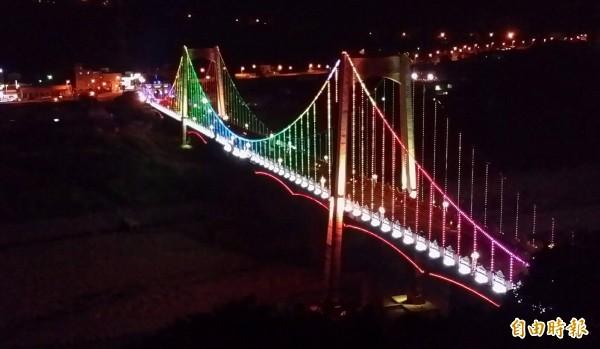 大溪觀光吊橋的七彩LED燈光秀,越晚越美麗。(記者李容萍攝)