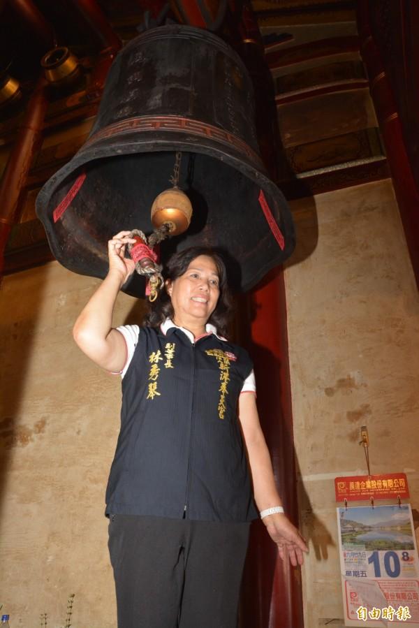 新港奉天宮副董事長林秀琴循百年傳統封鐘鼓。(記者蔡宗勳攝)