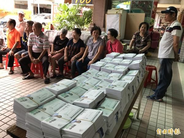 一邊一國辦公室今天寄出6551份公投連署書,支持者到場響應 。(記者洪臣宏攝)