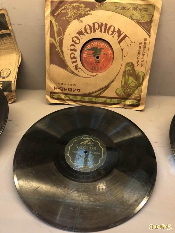 蟲膠唱片是有加入東南亞地區一種名為胭脂蟲的分泌物所製成的唱片。(記者湯世名攝)