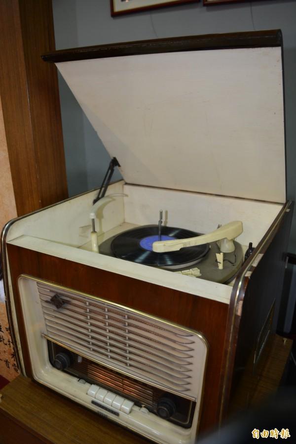 1960年代真空管電唱收音機。(記者湯世名攝)