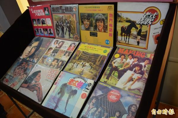 台灣早期許多翻版唱片,可以在唱片架上販售而不犯法。(記者湯世名攝)