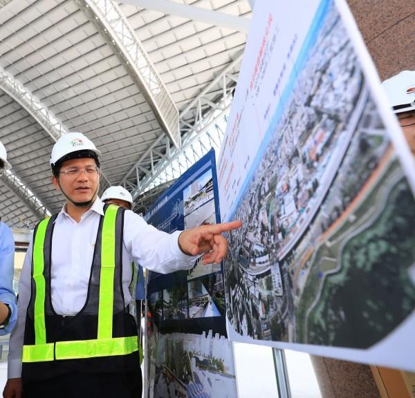 台中市長林佳龍視察大車站計畫。(台中市政府提供)