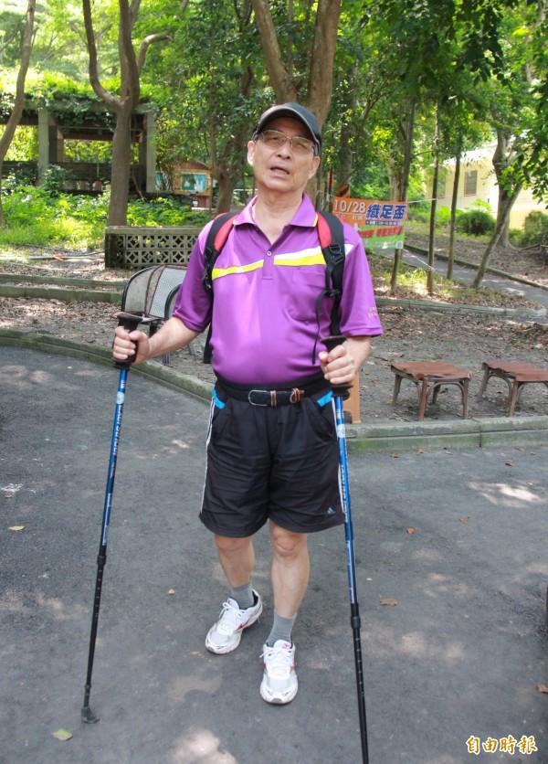 登山客表示,爬山要結伴而行,自備登山杖,必要時當武器自保。(記者陳冠備攝)