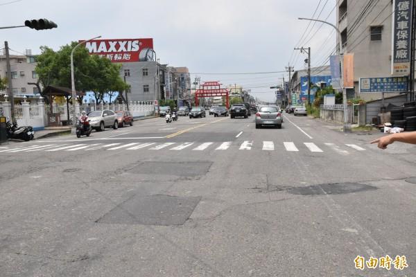 縣道145線路面改善工程動工前,縣府先協調相關單位將人手孔蓋下地30公分。(記者黃淑莉攝)