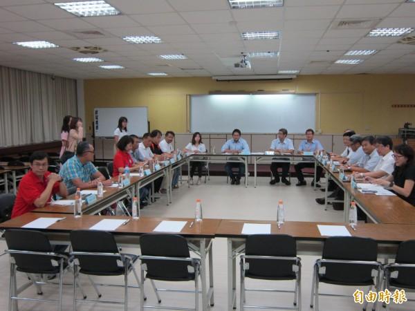 華航機師罷工首次勞資協商,在桃園市政府勞動局舉行。 (記者謝武雄攝)