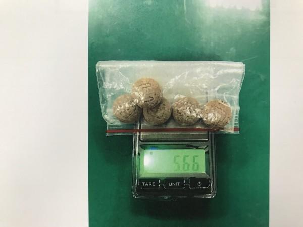 警方查獲毒品梅片。(記者吳仁捷翻攝)