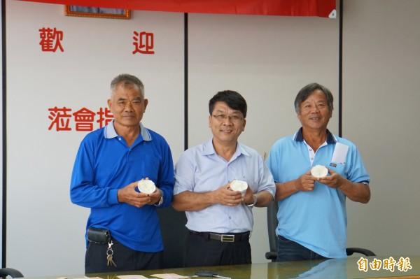 廖良(左)、廖清松(右)分別拿下西螺農會稻米品質比賽二、三名。(記者詹士弘攝)