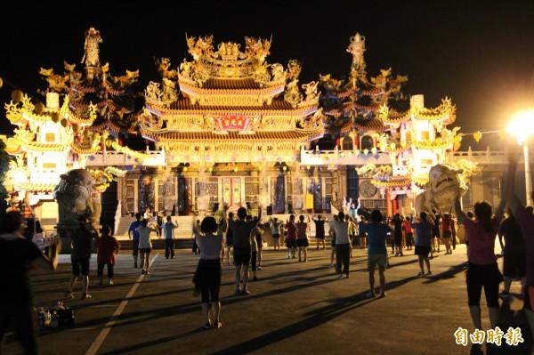 8月起,每週三晚上新豐鄉中崙村三元宮前廣場都聚滿喜歡有氧運動的男女老幼鄉親,大家一起做運動。(記者黃美珠攝)
