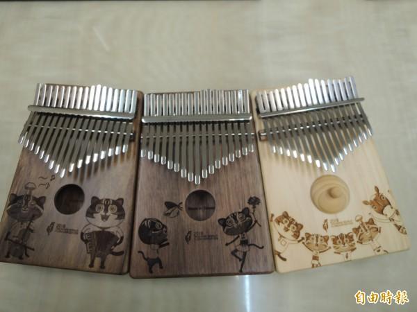 豐原樂器廠商打造花博吉祥物卡林巴琴,雕刻花博石虎家族圖樣。(記者張軒哲攝)