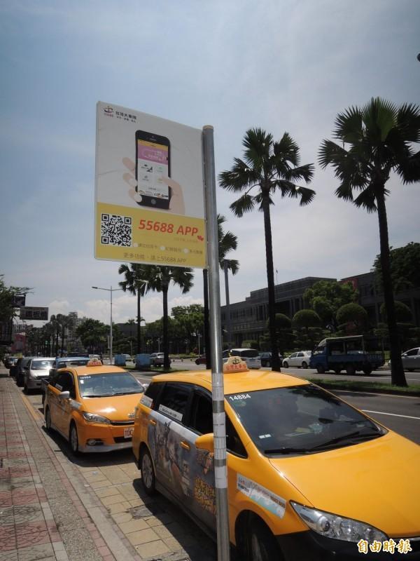 屏東縣政府開辦的「公車式小黃」載客服務,為社區長者帶來便利,審計單位則促請縣府善用補貼提高載客率。(記者李立法攝)