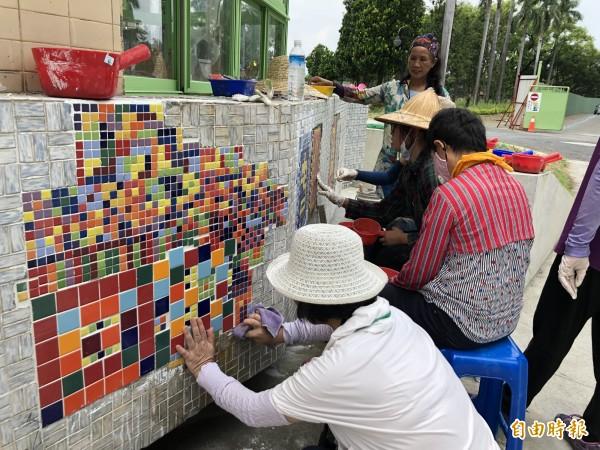 社規師們為還未開放的市民公園創作馬賽克拼貼。(記者羅欣貞攝)