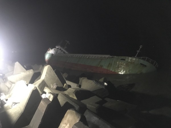 嘉明2號擱淺布袋商港,晚間7點多時,船隻已傾斜快45度。(記者林宜樟翻攝)