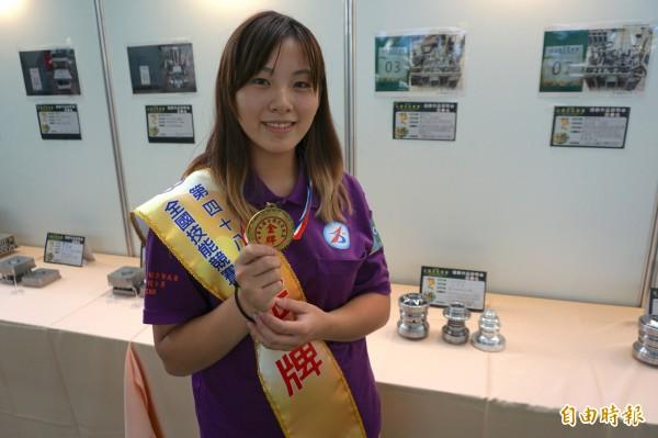 王宣柔拿下CNC車床金牌,一旁為她的作品。(記者蔡淑媛攝)