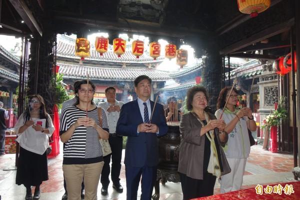 總統府秘書長陳菊到鹿港天后宮拜拜。(記者劉曉欣攝)