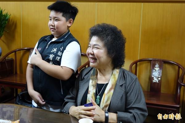 「花媽」魅力無法擋,粉絲開心的跟陳菊拍照。(記者劉曉欣攝)
