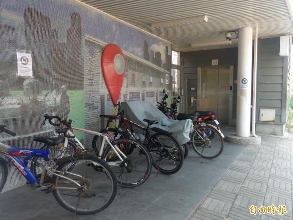 鐵路局竹北車站站方張貼禁止停車公告,仍見許多民眾隨意停放自行車,阻礙通行且破壞景觀。(記者廖雪茹攝)