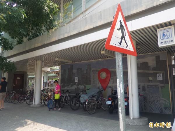 市民抱怨,竹北車站靠新泰路側的後站,無障礙電梯出入口通道,長期擺放20多輛自行車和電動自行車,阻礙通行,也破壞整體景觀。(記者廖雪茹攝)