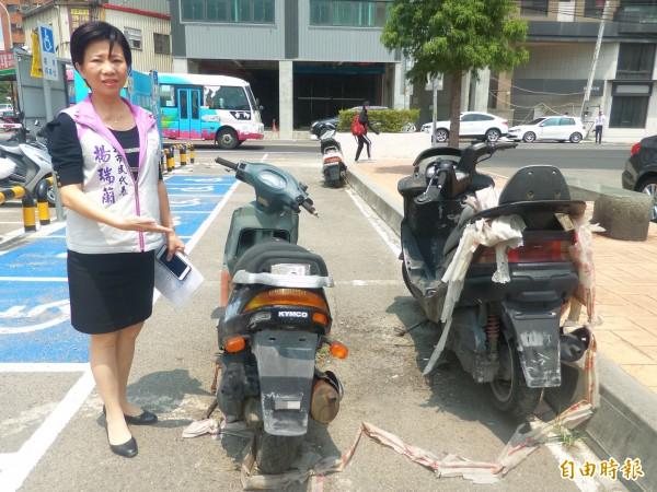 竹北市民代表楊瑞蘭表示,竹北車站新泰路後站的停車場上停放4、5輛機車,沒有懸掛車牌,有的佔據殘障通道及自行車格,希望主管機關積極處理。(記者廖雪茹攝)