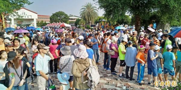 空軍嘉義基地睽違6年,今天舉行「航空嘉年華抵嘉」活動,大規模開放民眾參觀,接駁點之一的南靖糖廠站擠滿人潮。(記者曾廼強攝)