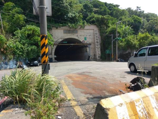 台北市議員童仲彥酒駕才駛出光華隧道,因不熟悉路況,失控撞壞路旁轎車(被撞轎車停放處地上鋪滿木屑)。(記者林嘉東攝)