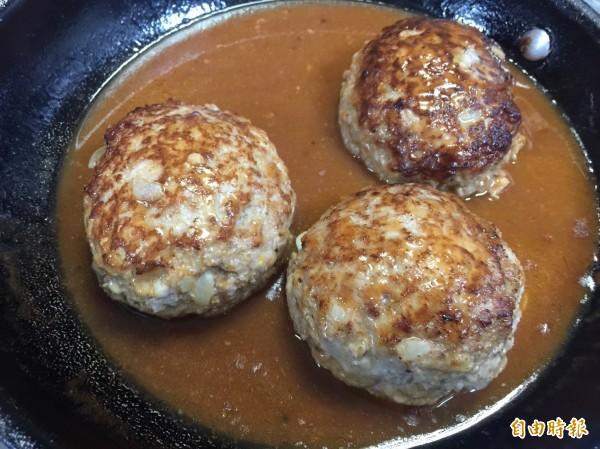 爆漿起士漢堡排只挑好的牛角肉做肉排,吃了會爆漿。(記者蔡淑媛攝)