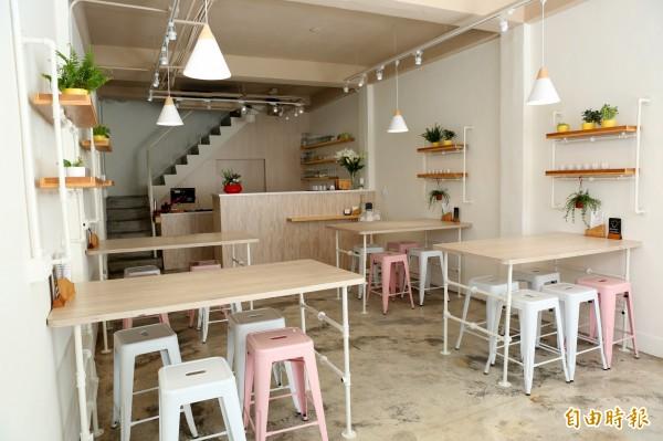 餐廳由老宿舍改裝,濃濃的文青風,賣得是溫暖的家庭式和洋料理。(記者蔡淑媛攝)