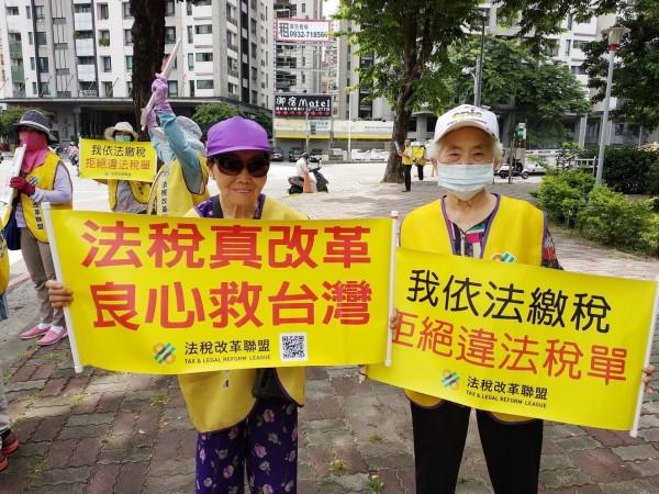 2位年齡加起來超過160歲的阿嬤,站上街頭批評不合理的稅制。(記者葛祐豪翻攝)