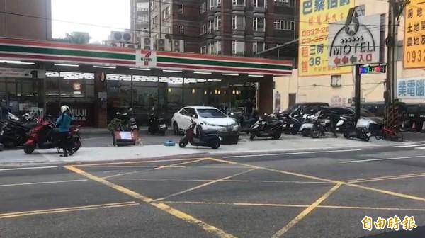 貨車司機吳姓男子與自小客車駕駛傅姓男子在便利商店旁,疑因停車問題口角後發生衝突。(記者周敏鴻攝)