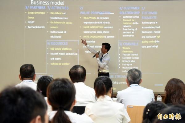 新南向青年創業交流營隊課程內容涵蓋創業所需的設計思考、商業模型、新創企業財務規劃、募資簡報訓練等,並邀請校內外多位專家學者擔任業師。(記者張忠義攝)